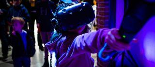 A Blocin asiakkaat pääsivät testaamaan VR-laseja opiskelijoiden opastuksella.